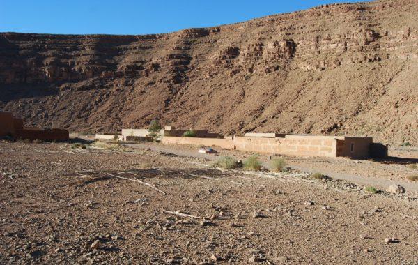 Vista a una casa en el desierto marroquí